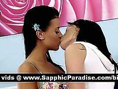 Чувственный брюнетка лесби поцелуи и имеющие лесбо сексом