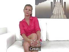 FakeAgent Hot brunette Modell in weißen Höschen saugt Dick für Top Job