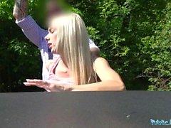Public Agent Freaky Blonde namens Nesty verlangt Sex außerhalb