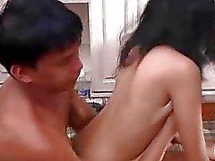 Сексуальная брюнетка получает поцелуи и трахаться внутренней