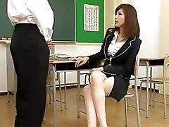 Lehrer Giving Blasen Zu Schüler in der Klasse