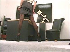 Seksi bir göğüsleri horny girl onu kedi ile ofiste sıcak alır