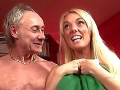 Blonde salope britannique dans une partouze dans le bar en chaussettes