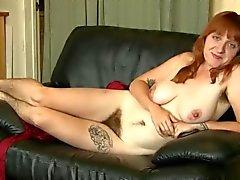 le bébé sexy de velu , jambes velues et des puits, des seins impressionnants