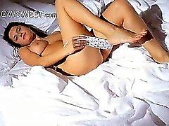 Coed pechugón guau su eliminación en una cama