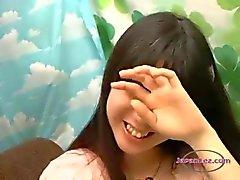 Adolescente asiático Obtendo esfregou seus seios , enquanto se beijam apaixonadamente na Couch