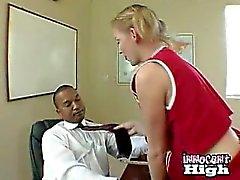 Blondine Cheerleader Ansaugen der Principals schwarze Schwänze