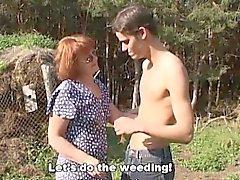 Bandante marchands Farm Boy baise La Redhead extérieur Mature