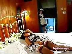 ASIATISCHES M ä DCHEN Caught On Masturbierende von den Zimmermädchen bekommen ihre haarige Pussy leckte auf dem Bett