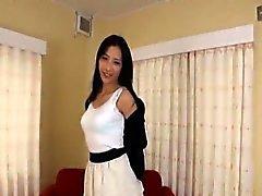 Slanka och högt japansk kvinna remsor säkert naked avbytare
