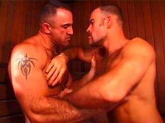 Мускулисты в Steamy Threesome