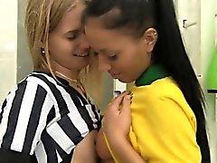 Brasiliano devastano L'arbitro mostra il