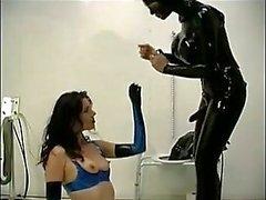 Slaaf krijgt haar kont geboord in het toilet