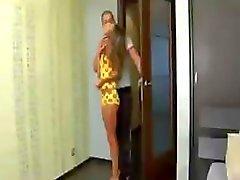 Menina russa é péssimo para um minuto, mas quer que o galo na sua bunda