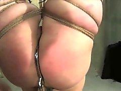 Повешенных с ног на голову раб большой задницей палками