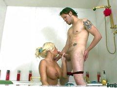 Sexy vücutlu Blondie'nin Britney Kehribar banyo hörgüçlü olur