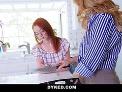 Dyked - Teen Gets vietteli vanhempi nainen