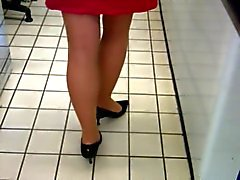 blonda en jupe för belles jambes
