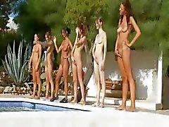 Seis garotas nuas na piscina de france