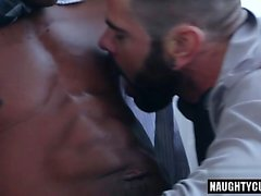 Yüz ile büyük sik eşcinsel anal seks