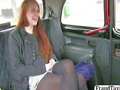 Sesso amatoriale studentessa di redhead in un tassì