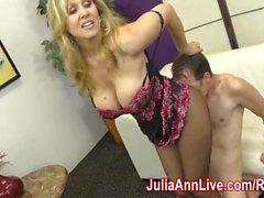 Mütter Julia Ann neckt Slave mit ihren Füßen !