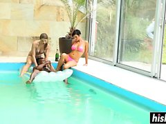 Группа друзей веселятся в бассейне