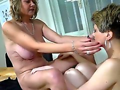 Nuorten naisen fingering sexy kypsän pöytään