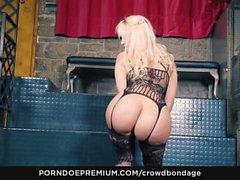 CROWD BONDAGE - Послушный латина Блонди Фессер в БДСМ секс