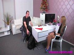 FemaleAgent Плохой Санта получает огромную работу литье ног