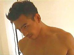 Азиатских гей порно звезда обожает камеру