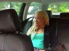 Белый Русск Хотти трахнули в поддельного на такси