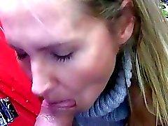 Eurobabe Zuzana gebohrte im öffentlicher Ort