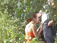 Los pares extraño seducir a de más edad en bosques