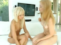 Blondit valkoisella - lesbo kohtaus Lolla ja Alana M