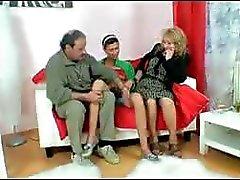 Freakish trollop med en gudomlig Sarahs sadelväska tar på ett gammalt par