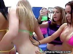 Kollegiet Flickor kyssas och Komma oljad upp At Kamratfostran Party