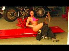 Hot велосипедиста гаражом