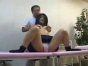 Pervertierter Doktor mag Schulmädchen in seinem Prüfungsraum erhalten