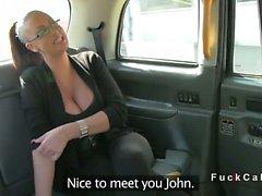 De Monster tits amateur britannique en simili le taxi donne à titsjob