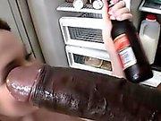 Tessa Lane büyük bir kara musluğunu karşılamaktadır