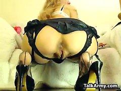 Блондинка шлюха играет с ее киска
