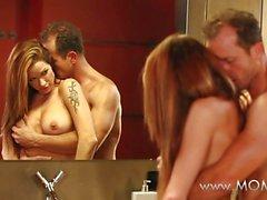 MAMMA Paare beim Liebes auf dem Badezimmerboden