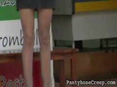 Gravação de vídeo em Sneaky loira alta em nylons