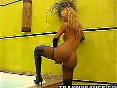 Reiz Transen gets naked und zupft auf ihrem prallen Schwanz