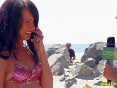 brunette verliert ihren Bikini auf dem Strand
