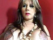 transexual curvilínea con el tatuaje en sus pezones