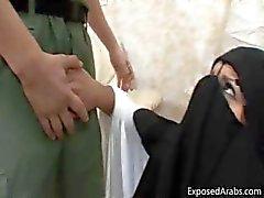 Beurette avec un burka obtient un grand part5 bite