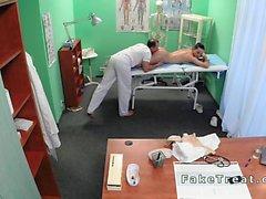 Arzt fickt Schwester anschließend Patienten in seinem falschen Krankenhauses