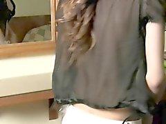 Flirtig asiatiskt tranny hjälper hennes perfekta kurvor samt cums